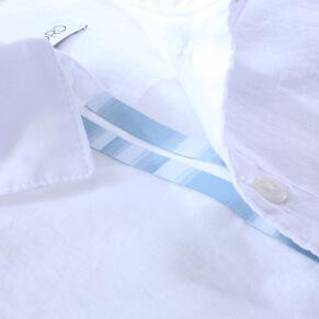 chemise blanche avec galon bleu ciel