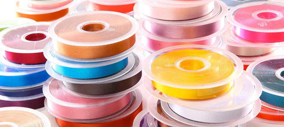 plusieurs bobines de rubans de différentes couleurs