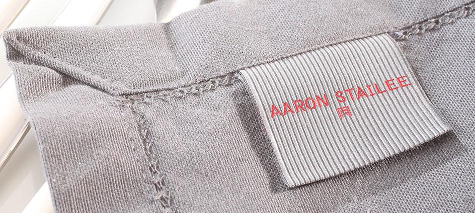etiquette de marque tissée aaron stailee sur textile