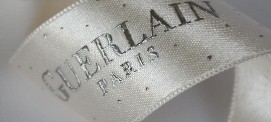 ruban blanc impression relief argent Guerlain