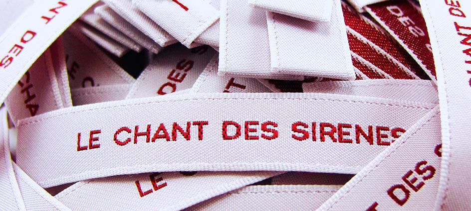 étiquettes tissées blanche et rouge