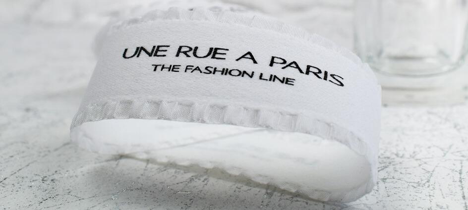 ruban packaging blanc froufrou une rue à paris